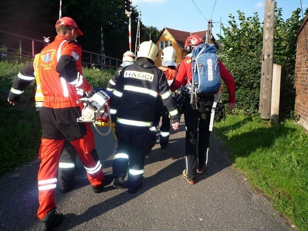 U železniční trati mezi Tanvaldem a Smržovkou na Jablonecku lidé našli v sobotu odpoledne těžce zraněnou ženu. Přiletěl pro ní vrtulník.