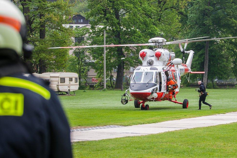 Taktické cvičení složek IZS se scénářem záchrany lidí při povodních proběhlo 3. května kolem řek Jizery a Mohelky za pomoci pěti vrtulníků. Šlo o největší cvičení podobného druhu v kraji od povodní v roce 2010. Na snímku je evakuace 20 osob z fiktivně zap