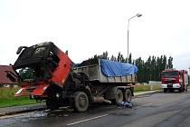 V obci Studenec u nákladního automobilu Tatra hořel motorový prostor, kabina a přední pneumatiky. Na likvidaci požáru hasiči nasadili tři vodní proudy.