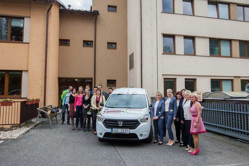 Slavnostnní předání automobilu v rámci projektu Sociální automobil proběhlo 27. dubna v Domově důchodců Velké Hamry.