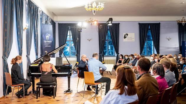 Smetanovo trio na zámku v Lomnici nad Popelkou.