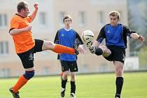V dalším utkání 1. B třídy Libereckého kraje se střetla družstva TJ Jiskry Tanvald a FC Ataxu Jenišovice. Na snímku v souboji o míč domácí obránce Petr Řezníček (vpravo v modrém) s hostujícím Davidem Markem (vlevo v oranžovém ).