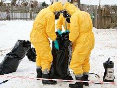 Veterináři za asistence hasičů a policie likvidovali včera drobný chov drůbeže v Kadeřavci u Turnova.