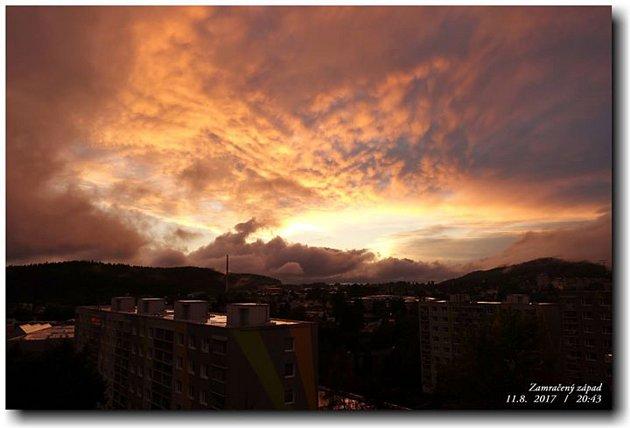 Mraky se při západu slunce nad Jabloncem na chvilku roztrhly a vytvořily nebeské divadlo.