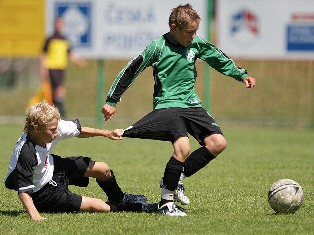 Předposlední zápas turnaje. Mladší skupina – (bílý) Hradec Králové vs (zelená) Příbram.