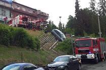 Kuriozní nehoda: u polikliniky sjelo auto