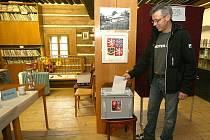 Na snímku volební místnost v rodném domě Antala Staška v osadě Stanový u Zlaté Olešnice.