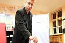 Ještě v pátek večer přišel do volební místnosti v jabloneckých Vrkoslavicích Jaromír Drábek.