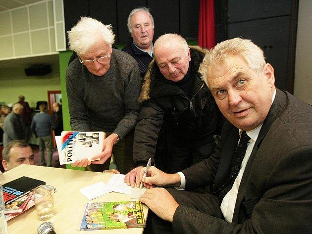 Někdejší premiér a předseda ČSSD a současný lídr nové Strany Práv Občanů, ve středu v jabloneckém kině Junior diskutoval s občany a podepisoval knihy.