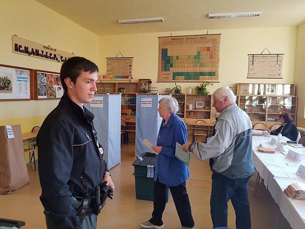 Kontrola Policie České republiky, zda je vše ve volební jablonecké místnosti vGymnáziu UBalvanu vpořádku.