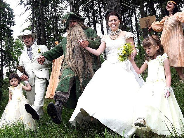 Netradiční svatbu hostili na Prezidentské chatě v Jizerských horách. Oltář stál pod vzrostlým smrkem a oddávající byl Krakonoš.