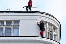 Padající sníh a led ze střech je nebezpečný. Odpovědnost nese majitel objektu.