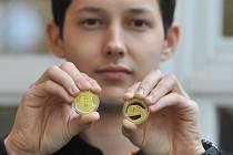 Asamat Baltaev. Na snímku další ze zlatých mincí pro ČNB, železobetonový most Karviná-Darkov.