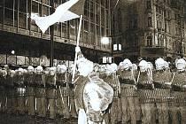17. listopad 1989. Kordon na Národní třídě u bývalého obchodního domu Máj.