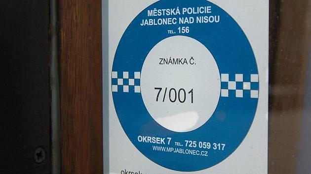 Nálepky Městské policie Jablonec mají zjednodušit dohledání majitelů objektů, když je potřeba jejich přivolání. Například při vloupání nebo požáru.