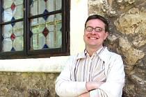 Přímo v areálu Státního zámku na Sychrově sídlí liberecké územní odborné pracoviště Národního památkového ústavu, který v Libereckém kraji spravuje osm hradů a zámků. Petr Weiss, náměstek pro správu památkových objektů, je historií obklopen.