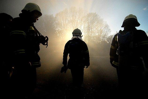 Hasiči zasahující u požáru v Dolní Řásnici