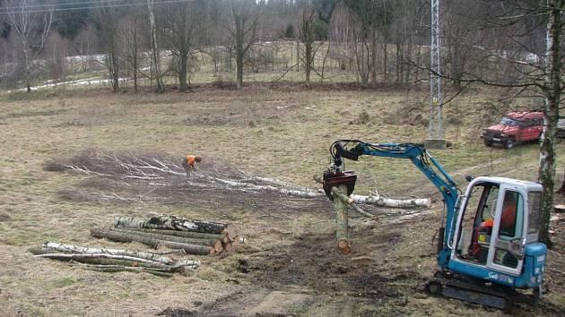 Již v loňském ruce začaly před silnicí ustupovat stromy
