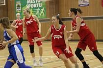 Ženy, basketbalistky TJ Bižuterie sice poslední zápas v letošním roce doma prohrály, ale jinak se drží na sedmém místě tabulky a to je v silné konkurenci úspěch.