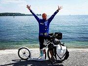 Martina Josífek Zelinková z Tanvaldu bojuje s rakovinou po svém. Sotva se dostala z nejhoršího, vyrazila na 3600 kilometrů dlouhou pouť do poutního místa Santiago de Compostela ve Španělsku. Na koloběžce, které říká Bílý Rytíř. Foto z poutě.