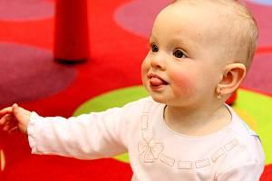 Péči o dítě nechávají maminky na stále pozdější dobu