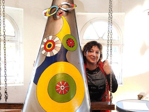 V Galerii Béčko ve Smržovce vystavuje Olina Francová (na snímku) kovové burky. Dvoumetrových soch tu je dvacet. Při vernisáži je uvedly živé modelky. Výstava nese název Burka má i tvá (každý má svou neviditelnou burku).