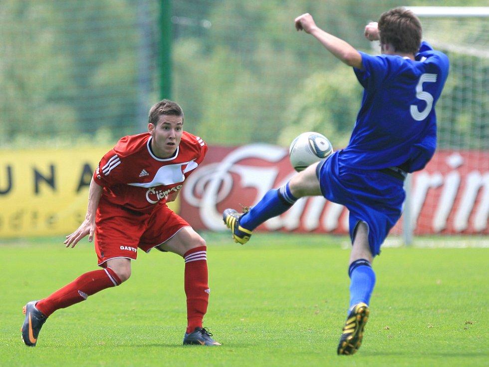 Mšeno v posledním kole divize porazilo Nový Bydžov (v modrém) 5:0.