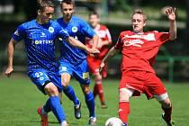 Slovan Liberec porazil Jiskru Mšeno těsně 1:0. Na snímku Josef Šural z Liberce a Jaroslav Peškar ze Mšena.