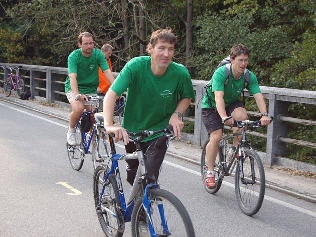 Cestu na kolech absolvoval také starosta Semil Jan Farský (vzadu).