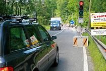 Na silnici mezi Libercem a Jabloncem nad Nisou přibylo nové omezení dopravy. Do konce října bude opravován mostek, doprava jedním pruhem je řízena semaforem.