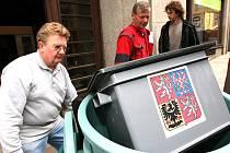 PŘÍPRAVY NA VOLBY. Zástěny, koše na vyhozené volební lístky a volební urny začali rozvážet v úterý ráno pracovníci Městského úřadu v Jablonci nad Nisou do jednotlivých volebních místností ve městě.