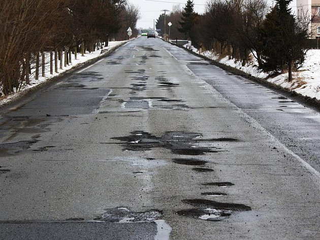 Rozbitá silnice. Ilustrační foto.