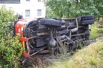 Řidič nákladního automobilu Škoda 706 najel v ulici Krkonošská v Jablonci nad Nisou více vpravo na nezpevněnou krajnici, jež se s ním utrhla.