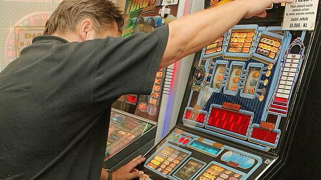 JEDNOU HODIT A DOST. Tuto větu si jistě řeklo již mnoho lidí, kteří propadli závislosti na výherních hracích přístrojích a automatech. Zmírnit a předejít gamblerství chtějí nařízením v městské vyhlášce.