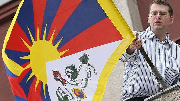 Tibetská vlajka v rukou místostarosty Jablonce Lukáše Pletichy.