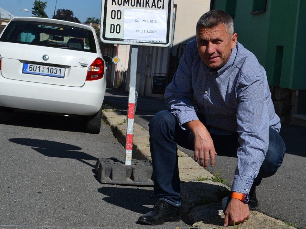 Na situaci přijel podívat i senátor za Jablonecko Jaroslav Zeman. Rozhodnutí úředníků nechápe