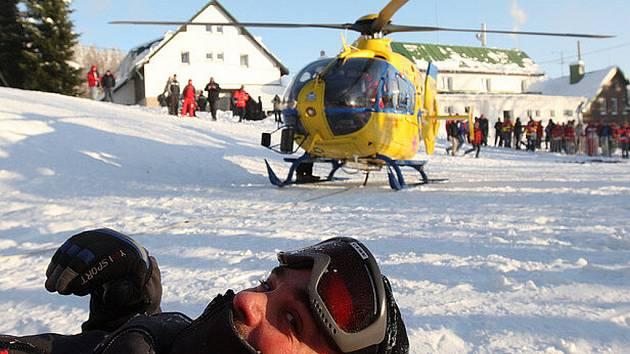 V Josefově Dole si dali v těchto dnech dostaveníčko záchranáři. Mezinárodní odborná konference pracovníků zdravotnických záchranných služeb, pravidelně pořádaná ZZS Libereckého kraje, byla ve čtvrtek doplněna i o ukázky podvěsu pod vrtulníkem.