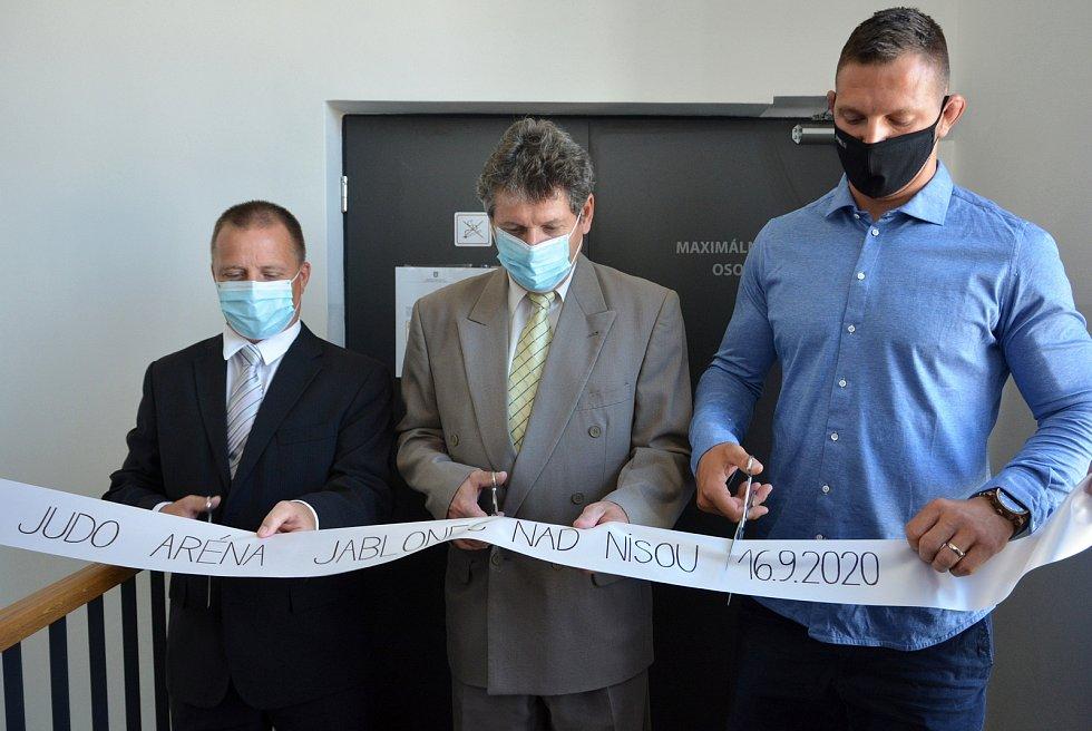 Otevření Judo arény v Jablonci. Pásku stříhají předseda Judo Klubu Jablonec Michael Man, primátor Jiří Čeřovský a Lukáš Krpálek (zleva)