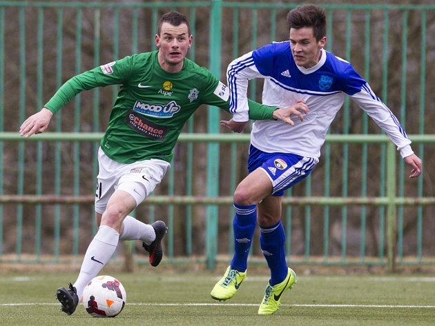 Juniorka porazila Znojmo 3:1. Na snímku je Pavel Moulis z Jablonce (vlevo) a Jakub Pokorný ze Znojma.
