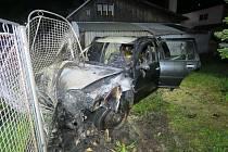 Auto po nárazu do plotu.