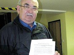 """Bohdan Jacyšin za sdružení za záchranu """"psí louky"""" podal na městský úřad ve středu petici s dvěma sty osmdesáti podpisy."""