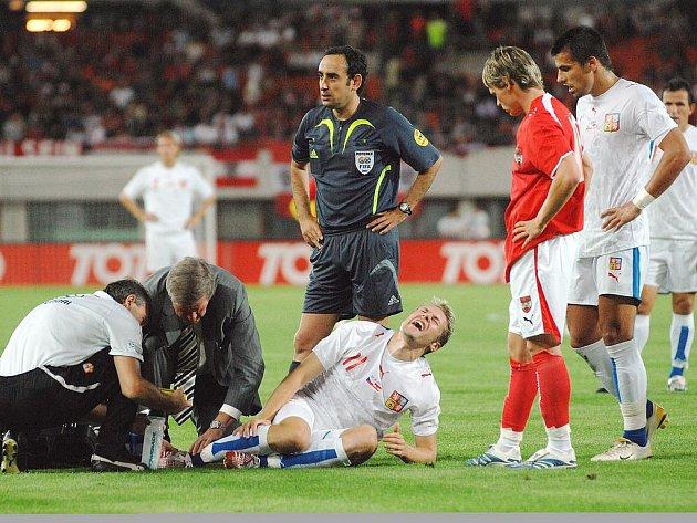 Hráč leží a je ošetřovaný, čas běží, hráči čekají, rozhodčí čeká...