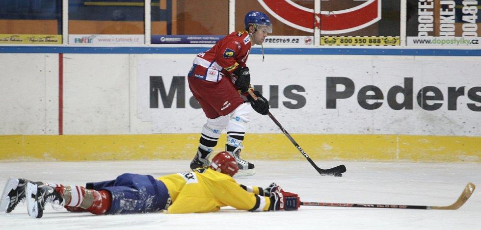 Fotbalisté Baumitu si zahráli hokej. Na snímku vede puk Karel Piták, snaží se ho zastavit Jan Kovařík.