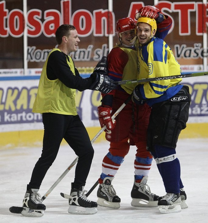Fotbalisté Baumitu si zahráli hokej. Na snímku zleva Ondřej Vaněk, Jan Kopic a Filip Novák.