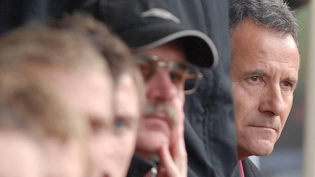 Lavička FK Jablonec 97. Trenér domácích František Komňacký pozorně sleduje svoje svěřence.
