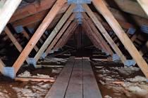 Podkroví panelového bytu musí projít nákladnou rekonstrukcí.