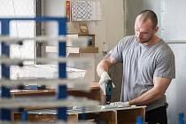 Příklady fungujících projektů se zaměstnáváním odsouzených a lidí propuštěných z vězení představili organizátoři workshopu 3. května 2018 ve Věznici Rýnovice v Jablonci nad Nisou. Na snímku je jeden z pracujících vězňů při montáži svítidel.