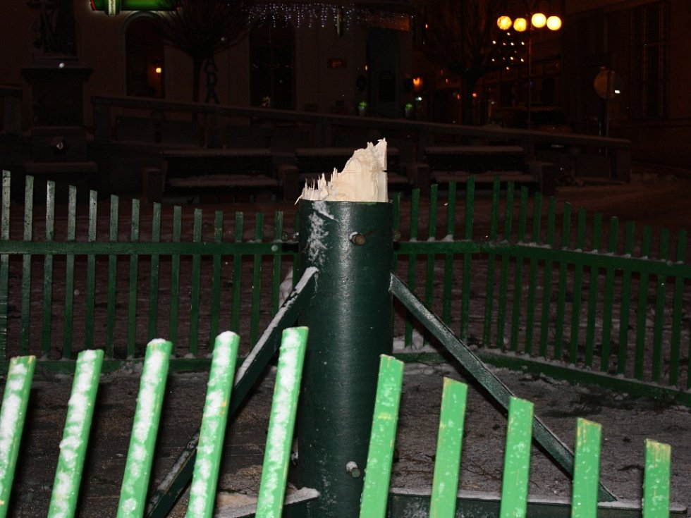 Poryv větru při vichřici zlomil v Jablonci vánoční strom na Mírovém náměstí.