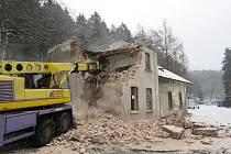 V Nové Vsi nad Nisou probíhá demolice staré budovy železničního nádraží. Na Jablonecku počítá SŽDC s demolicí ještě Dolního nádraží v Jablonci a nádraží ve Velkých Hamrech.