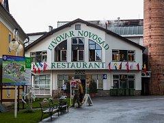 Pivovar Novosad v Harrachově, na snímku z 10. července, je součástí nejstarší soukromé sklárny v Čechách.